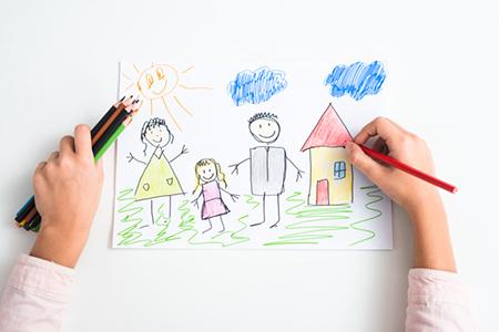 طوری که کودک خانوادهاش را میبیند و تفسیر میکند در نقاشیهای او مشخص میشود.