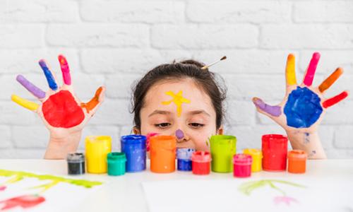 نقاشی انگشتی از فعالیت های هنری است که خلاقیت را تقویت می کنند.